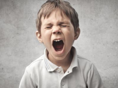 Të ngjirurit e zërit tek fëmijët/ Shkaqet, simptomat dhe kura