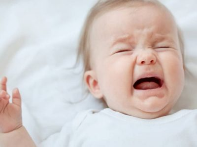 Kolikat apo dhimbjet e barkut të bebes, simptomat dhe trajtimi