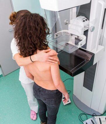 Tumori i gjirit/ Çfarë duhet të dimë për mamografinë dhe si kryhet