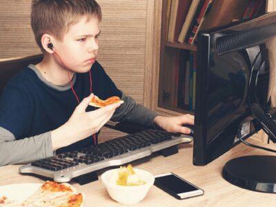 Studimi/ Si ndikojnë tek fëmijët reklamat e ushqimeve dhe pijeve jo të shëndetshme